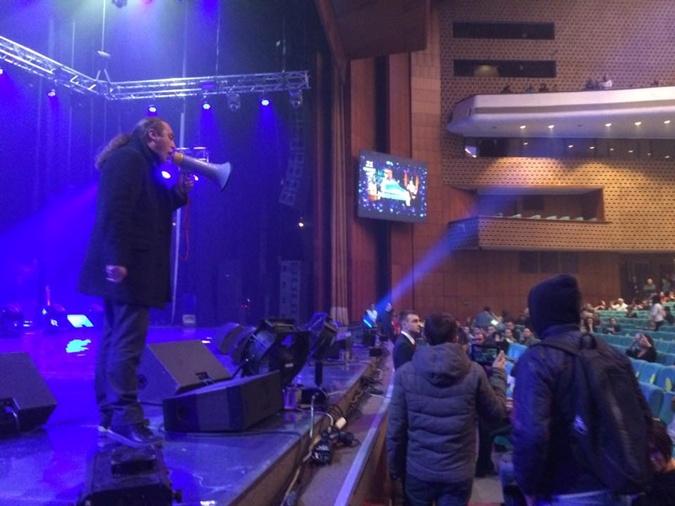 Мирошниченко даже залез на сцену. Фото: Фейсбук