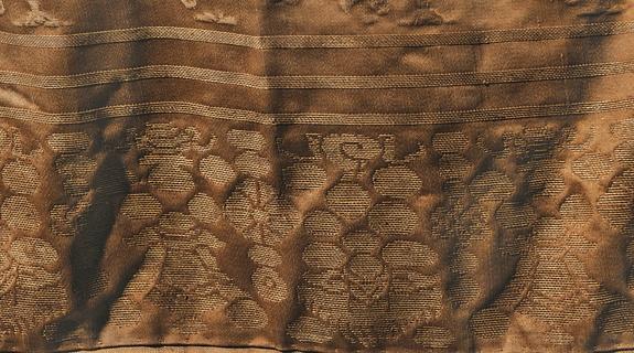 Детали узора на нижней юбке. Виден стилизованный символ Тайцзи из восьми триграмм.