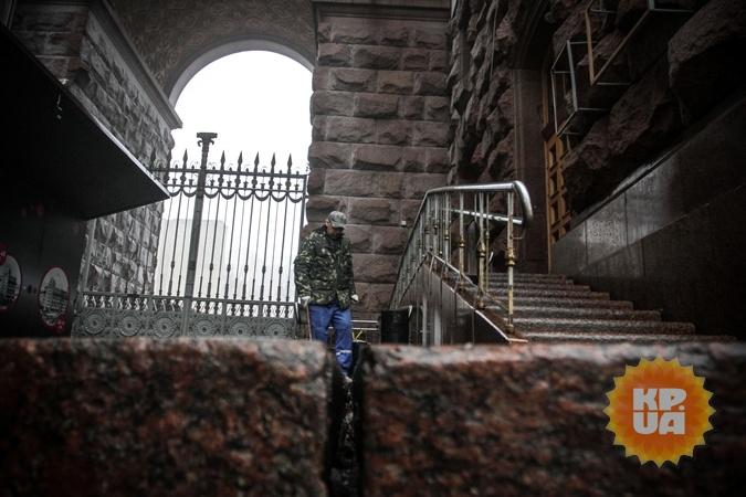 Щель перед входом в Киевскую администрацию. Фото: Олег ТЕРЕЩЕНКО.