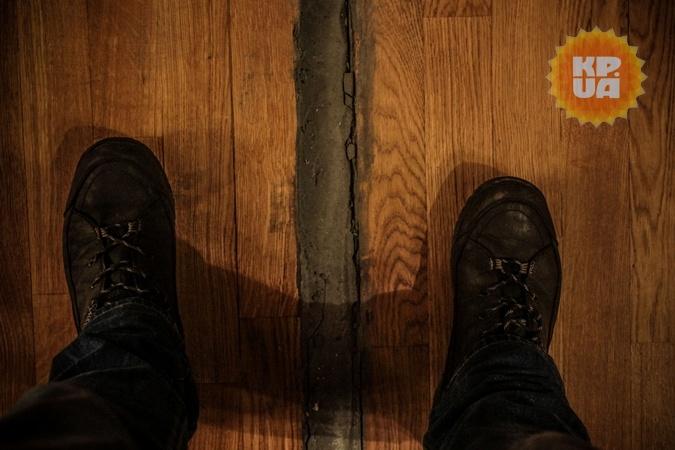 Трещины на стенах в кабинете арки. Фото: Олег ТЕРЕЩЕНКО.