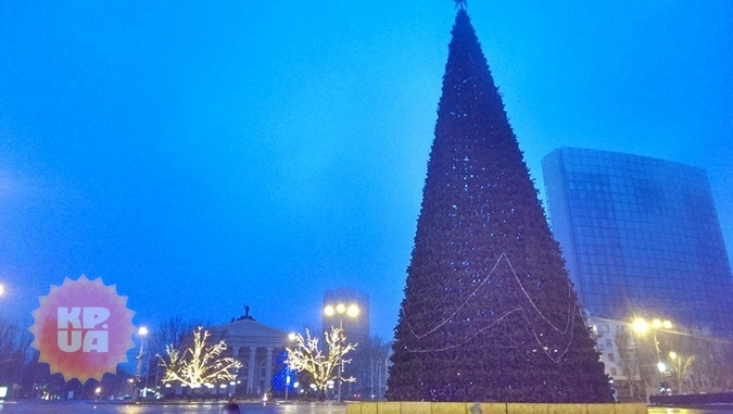 В Донецке установили елку. Фото: Сергей Селиванов