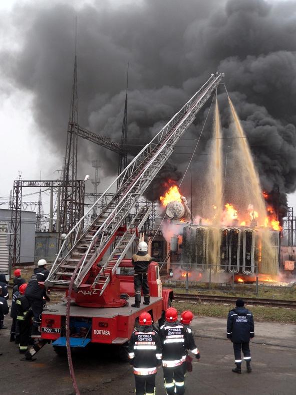 Свет у полтавчан есть благодаря мобильной подстанции, которую привезли спасатели. Фото ГЧ ЧС в Полтавской области