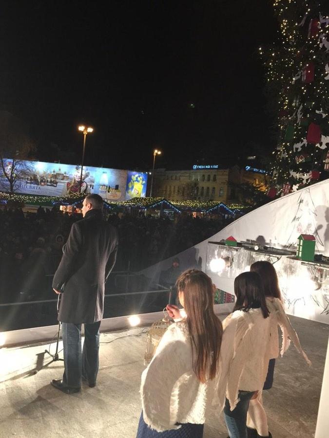 Кличко произнес поздравление на фоне белокрылых ангелов с Вифлеемским огнем. Фото: nvua.net