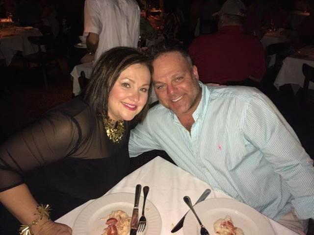 Последняя фотография со страницы Фейсбук Мартина Гацлера: он с женой встречали Новый год.