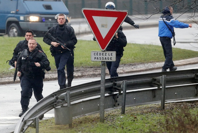 Французская жандармерия окружает место захвата. Фото: REUTERS