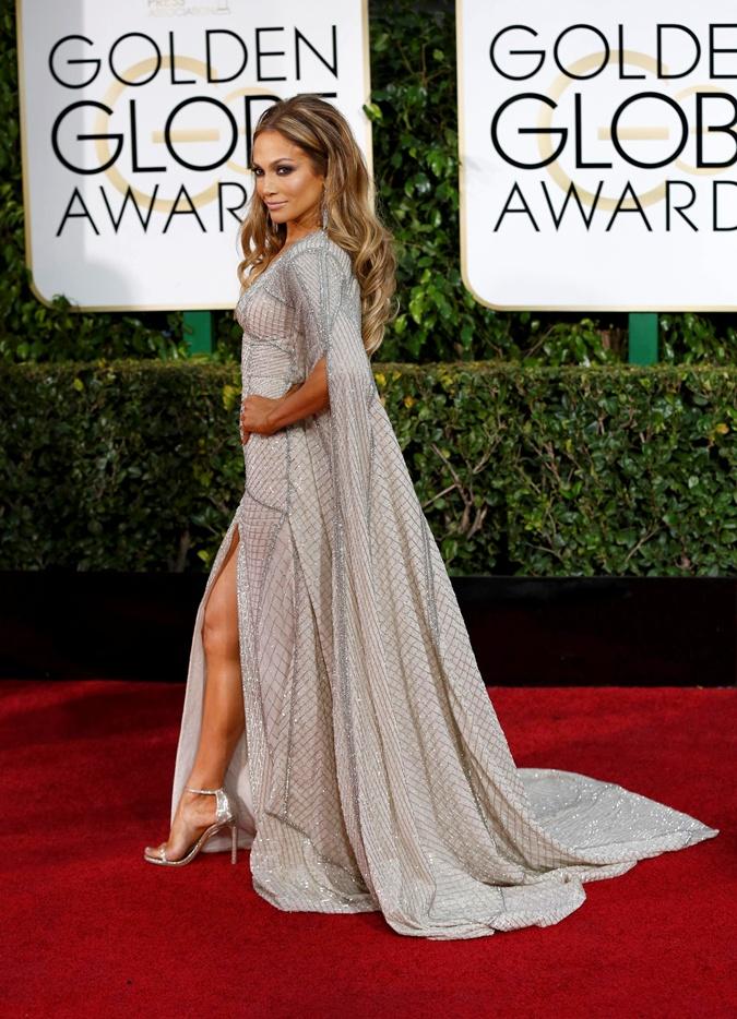 За один вечер актриса поменяла два платья.