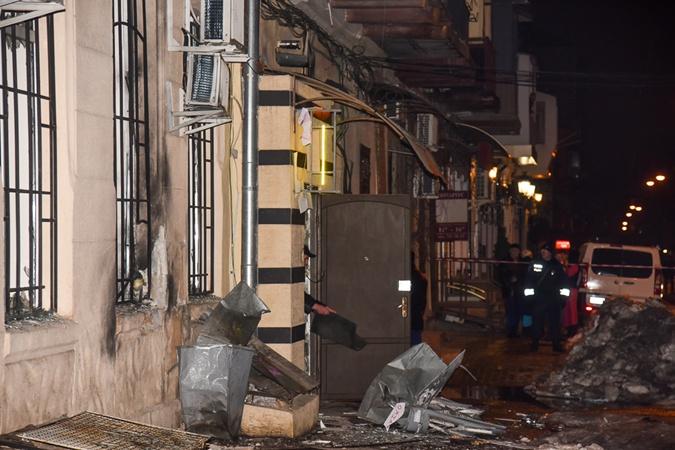 Взрывной волной выбило окна в банке, магазине и двух жилых домах. Фото: Максим ВОЙТЕНКО