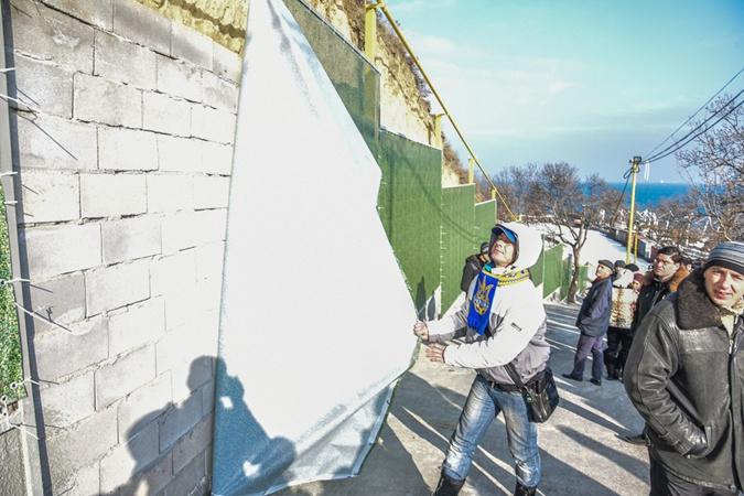 Общественники выявили нарушения: разбитые заборы, и склоны, грозящие сползти из-за строений.