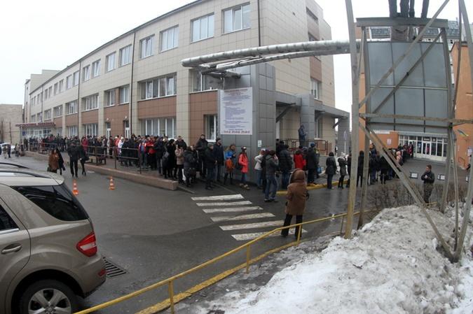 Пришедшие на сдачу крови люди ждали своей очереди во дворе больницы – в коридорах и холле было не протолкнуться.  Фото: Ирина РУДЕНКО.