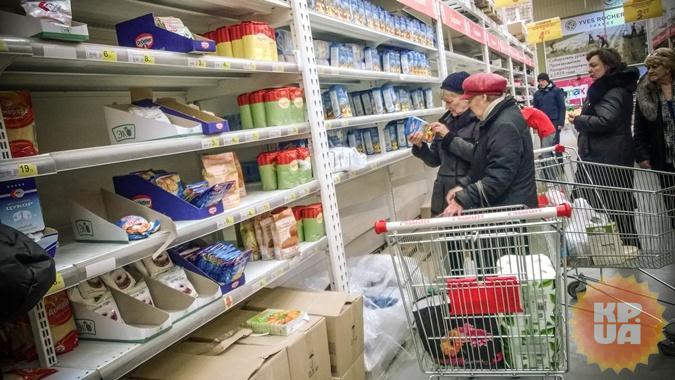 В киевских супермаркетах из-за продуктовой паники опустели полки.