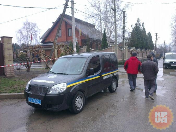 В подвале работают криминалисты. Фото: Максим КРЮК.