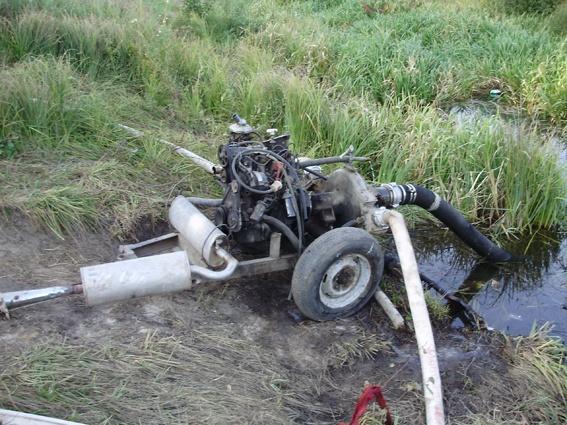 Мотопомпой добытчики янтаря размывают грунт, и из недр земли всплывает солнечный камень. Фото: ГУ МВД Украины в Ровенской области.