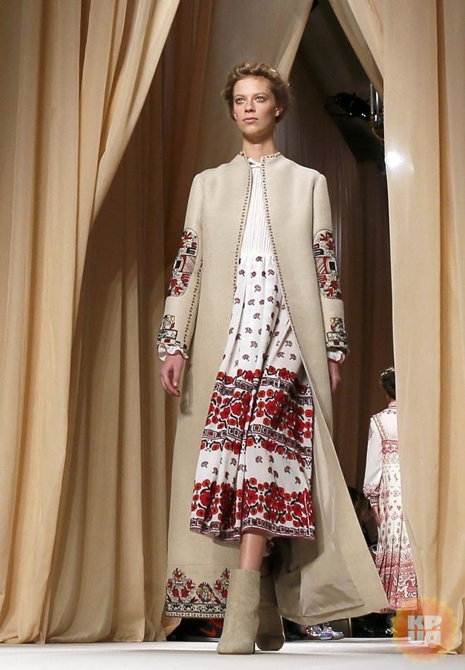 Украинские мотивы видны сейчас у многих западных дизайнеров. На фото - модель из показа Valentino. Фото: REUTERS