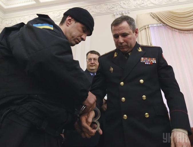 На первого заместителя председателя Государственной службы Украины по чрезвычайным ситуациям Василия Стоецкого надели наручники. Фото: УНИАН