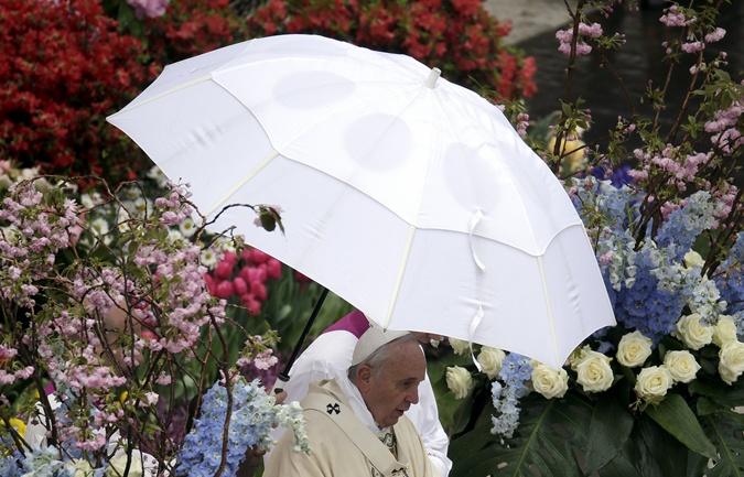 Папу Римского прикрыли зонтиком. Фото: REUTERS