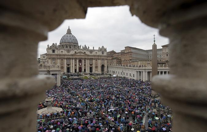 Несмотря на дождь, на площадь Святого Петра вышли тысячи людей. Фото: REUTERS