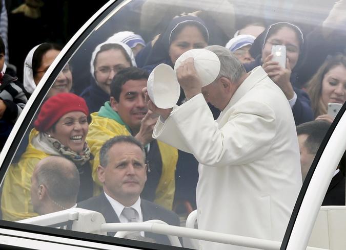 Папа Римский Франциск обменялся головным убором с прихожанами. Фото: REUTERS