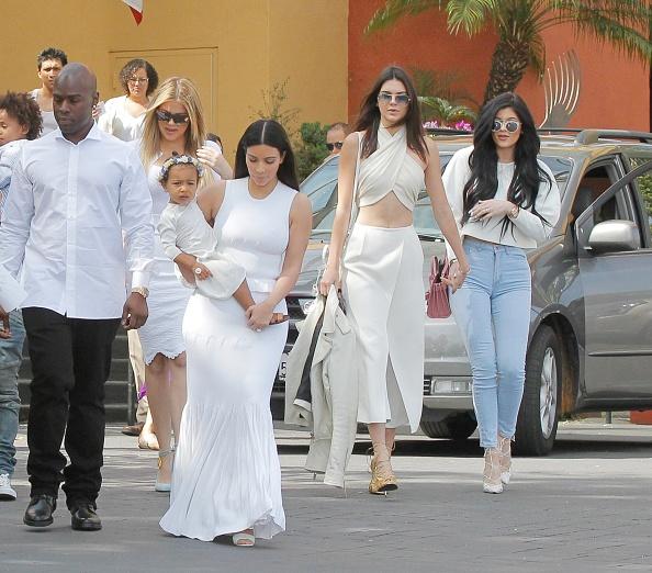 Сестры Кендал и Крис Дженнер выбрали наряды с открытым животом, чем разозлили блогеров.
