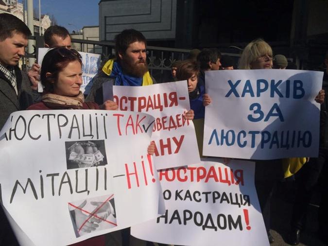 Участники акции принесли с собой плакаты. Фото: УНН