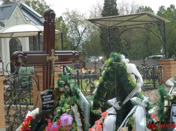На могиле появилась табличка. Фото: Искра-ньюз