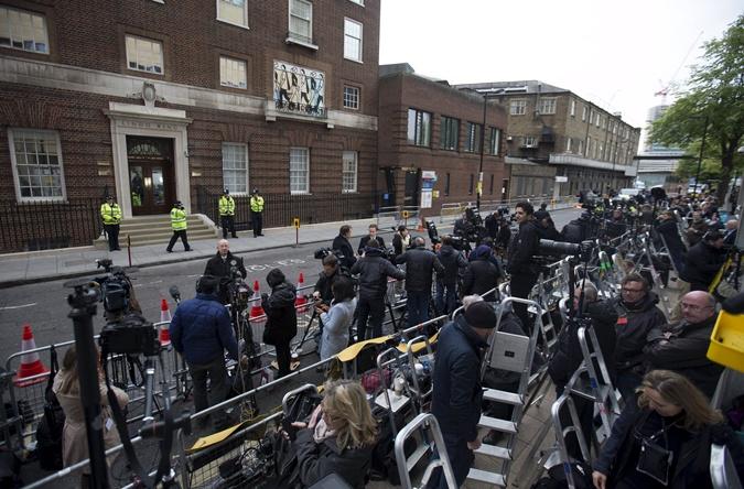 Десятки операторов выстроились напротив роддома, полиция охраняет вход. Фото: REUTERS