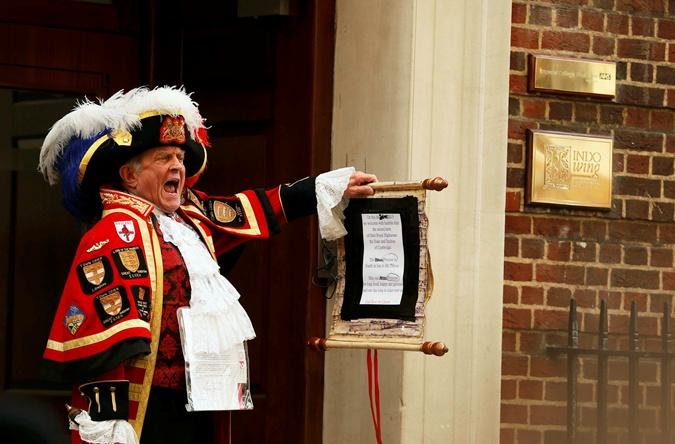 О рождении девочки сообщил королевский глашатай Британии на крыльце больницы Святой Марии. Фото: REUTERS