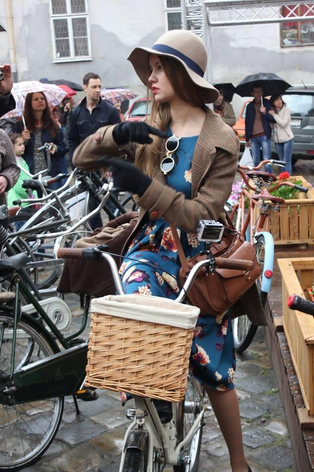Особое внимание прохожих привлекали элегантные наряды участниц велозаезда. Фото: соцсети
