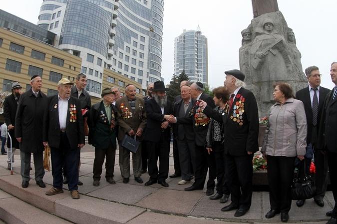 Ветераны  из еврейской общины Днепропетровска  пришли к Монументу Славы. Фото: Павел ДАЦКОВСКИЙ.