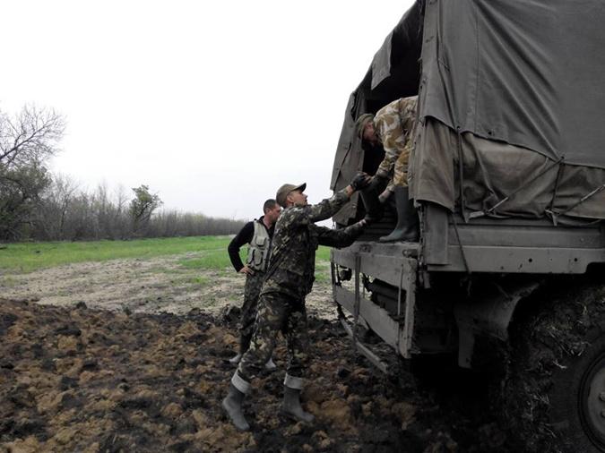 Ребята помогают бойцам всеми силами. Фото: Личный архив