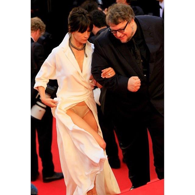 Актриса тут же опустила платье, но было уже поздно: фотографы успели сделать снимок. Фото: Инстаграм