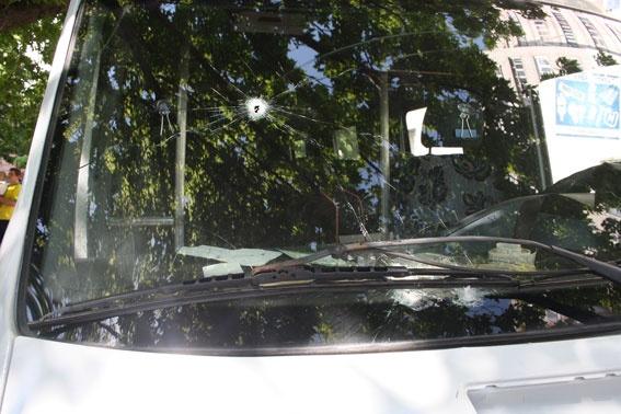 Начальник Крюковского райотделения милиции Сергей Терела чудом не пострадал, пуля прошла через стекло и примерно в сантиметре от виска милиционера. Фото ГУ МВД в Полтавской области