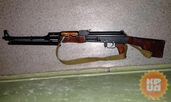 Милиция обнаружила у подозреваемого даже пулемет Калашникова.