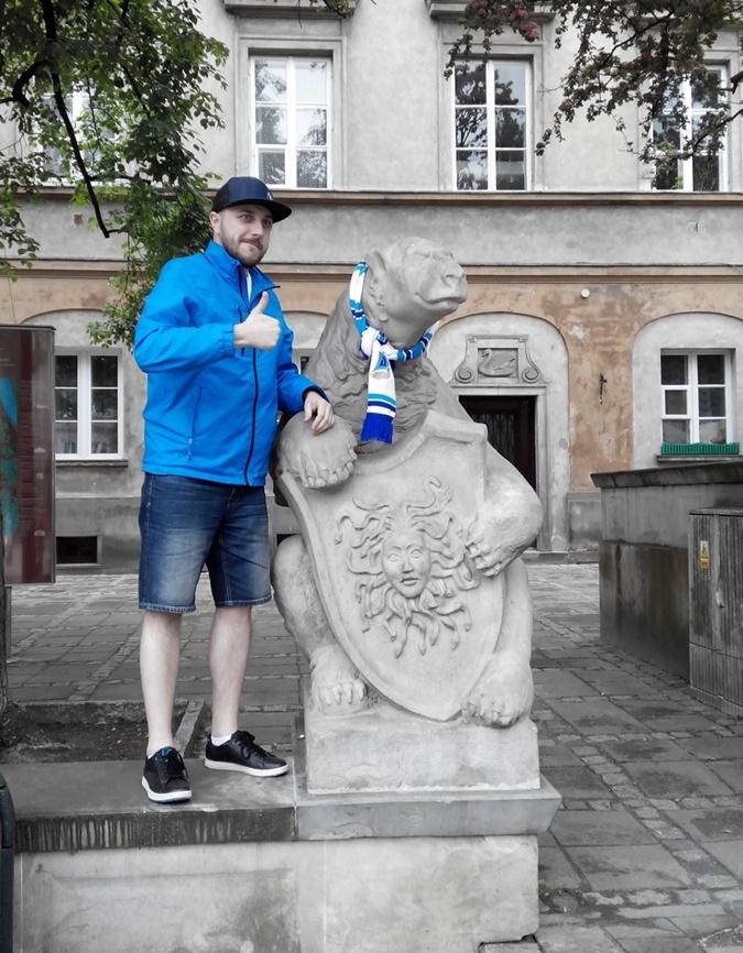 Днепропетровцы украсили клубной атрибутикой даже памятники в Варшаве. Фото: Юлия МАМОЙЛЕНКО