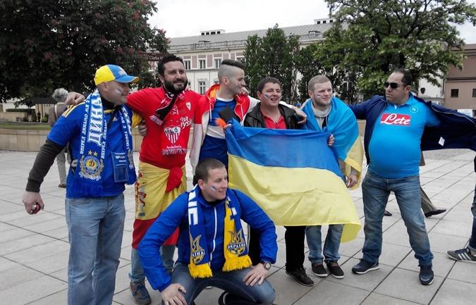 Эти украинские болельщики приехали на финал из Праги, с ними решил сфоткаться болельщик