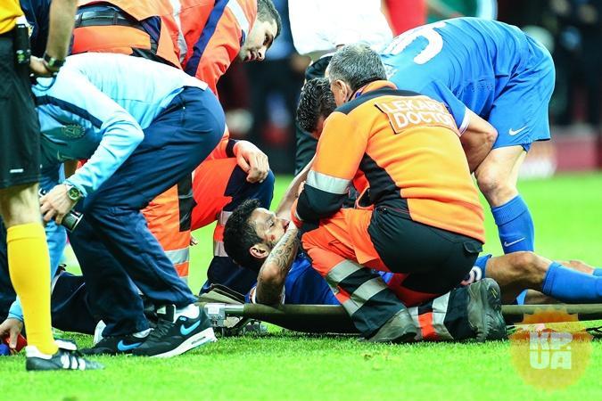 Матеуса выносят с поля. В футболе бывает и не такое... Фото: eastnews