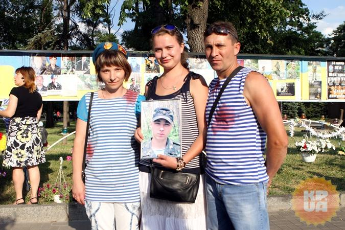 Вместе с родителями Сергея Мирошниченко на вечер памяти пришла и его девушка Ирина (в центре).