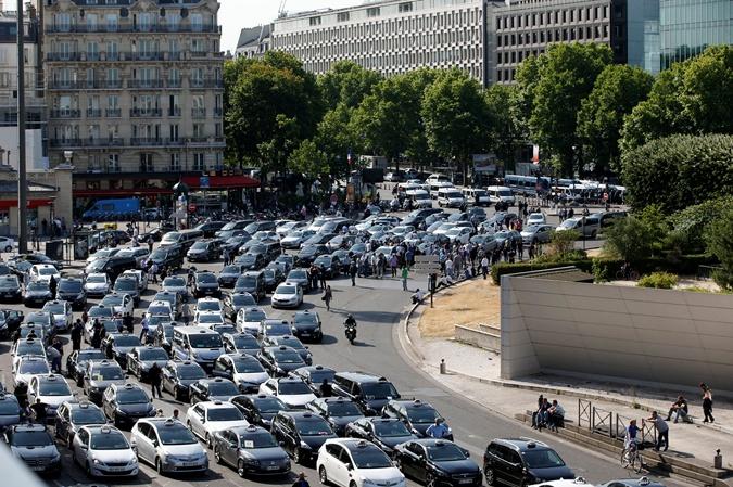 Во Франции таксисты протестуют против мобильной программы Uber. Фото: REUTERS