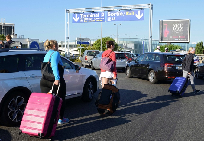 Люди вынужденный идти в аэропорт пешком. Фото:REUTERS