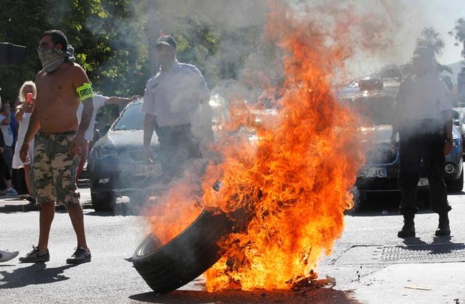Таксисты разбушевались не на шутку. Фото: REUTERS