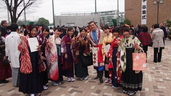 На праздник в честь завершения учебы в Токийском аграрном университете все выпускники пришли в традиционном кимоно, а наш Павел - в вышиванке и жупане. Фото - Личный архив Павла Котенко.
