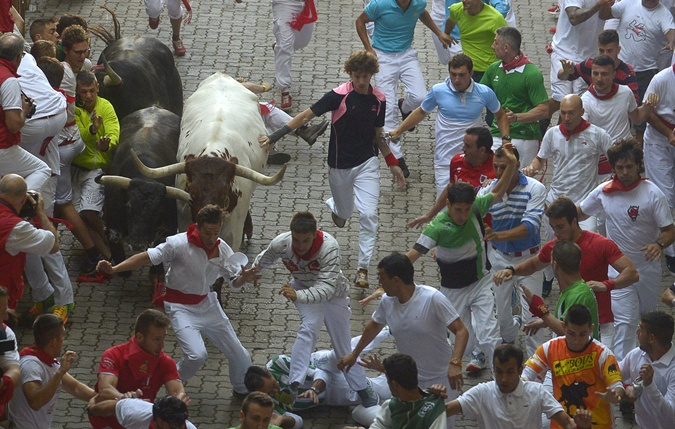 Бегать от быков в Испании будут еще неделю.