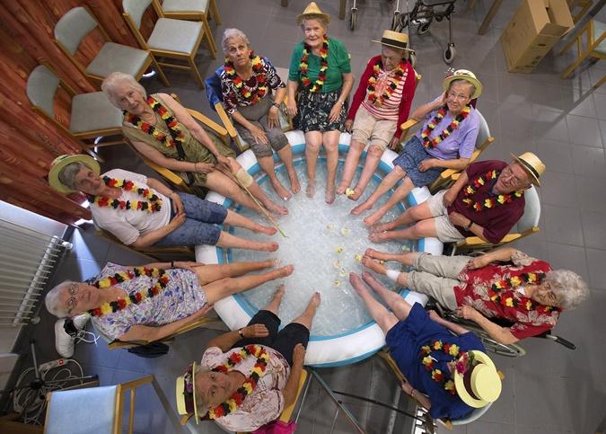 Женщины окунают ноги в спасательный бассейн в доме для пожилых людей в Гримбергене, Бельгия. Фото: Reuters