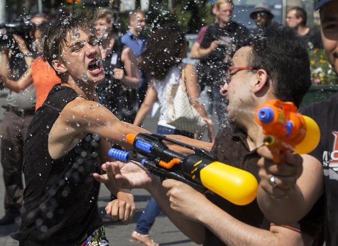 А молодежь устраивает на улицах Брюсселя веселый водные перестрелки. Фото: Reuters