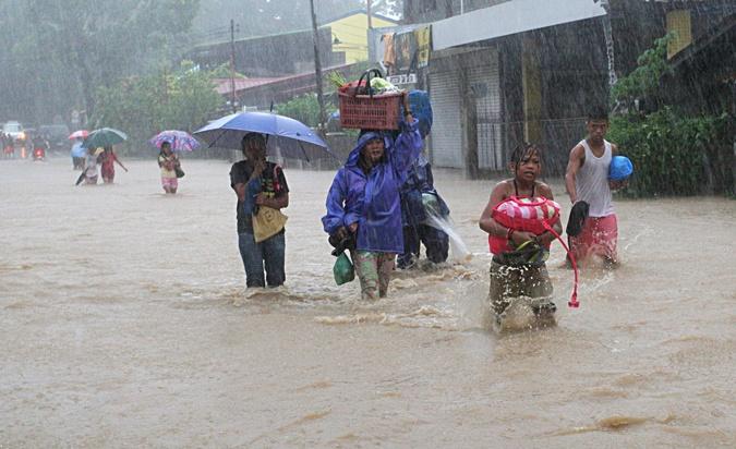 Филиппинцы спасаются от тайфуна. Фото: Reuters