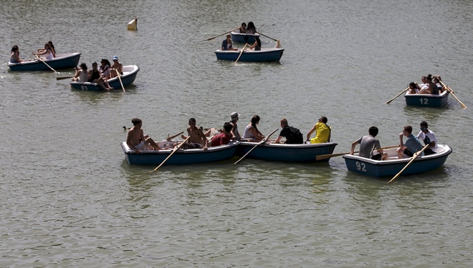 В Германии популярное развлечение - катание на озере. Фото: Reuters
