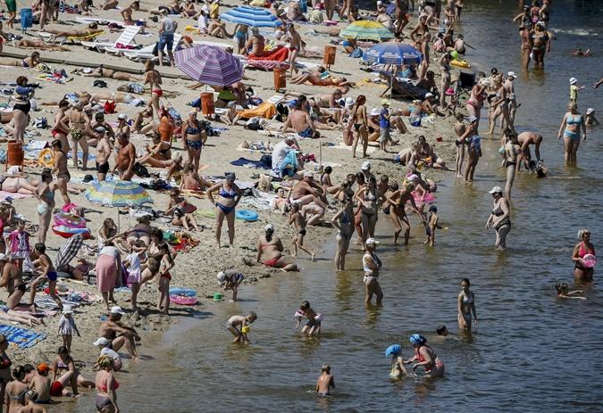 Судя по экономической ситуации в стране, многие киевляне проведут отпуск на набережной Днепра. Фото: Reuters