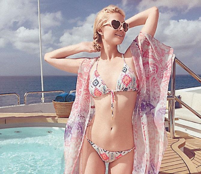 Блондинки в откровенном купальнике из сетки фото 658-858