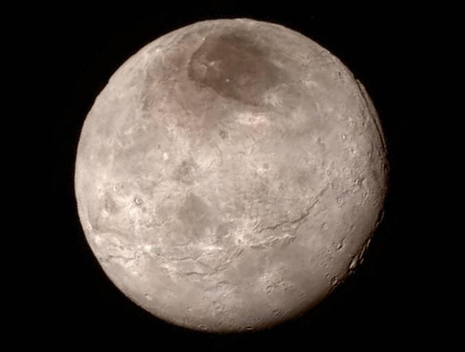 Поверхность самого крупного спутника планеты Плутон Харона.