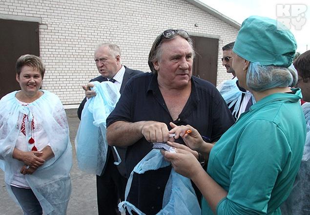 Депардье с удовольствием раздавал всем автографы. Фото: Леонид ПОЗНЯК