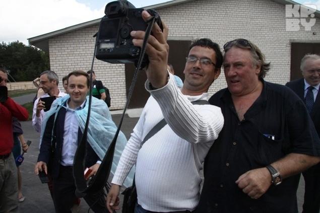 Селфи с известным актером сделали даже журналисты. Фото: Леонид ПОЗНЯК
